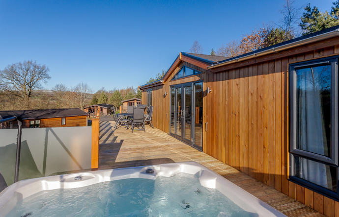 Stylish Vista lodge with hot tub on the decking area